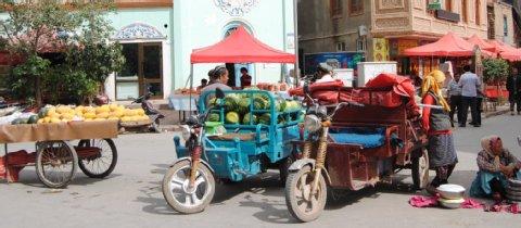 Ein uigurischer (uyghurischer) Basar. Das öffentliche Leben, wie hier in Kashgar, spielt sich in Xinjiang (Uyghuristan) oft auf der Straße ab. Foto: Inna Hartwich