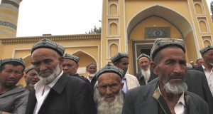 (FILES) File picture dated 24 May 2013 of Muslim men of the Uighur ethnic group leaving the Id Kah Mosque after Friday prayers in Kashgar, Xinjiang Uighur Autonomous Region, China. EPA/HOW HWEE YOUNG (zu dpa «Die Toten von Yarkand - Chinas Westen versinkt in Gewalt» am 23.12.2014) +++(c) dpa - Bildfunk+++